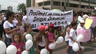 Moradores de Juazeiro e Petrolina fazem protesto cobrando justiça por morte de garota - A pequena Beatriz Angélica, de 7 anos, foi encontrada morta na escola onde estudava, há mais de um mês.