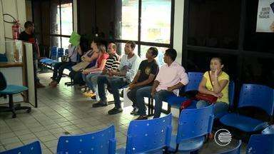 Enorme fila de pessoas em busca de emprego se forma no Sine - Enorme fila de pessoas em busca de emprego se forma no Sine