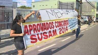 Manifestantes a favor e contra José Melo protestam em frente ao TRE - Manifestantes chegaram a fechar rua por alguns minutos