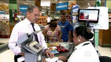 Brasileiro está se endividando por causa da conta do supermercado - Uma pesquisa sobre crédito no Brasil mostra que a alimentação se tornou a principal responsável pela inadimplência no fim de 2015.