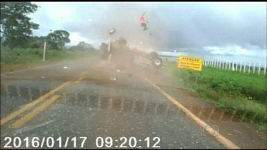 Passageiro que foi arremessado de caminhonete em acidente está em estado grave - Homem está internado no Crer com fraturas.