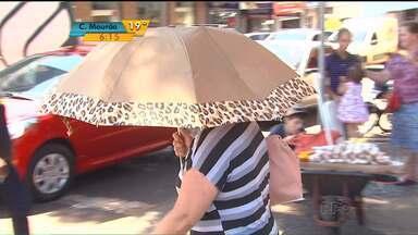 Haja sombrinha! Moradores do Oeste têm sofrido com o calor desse verão - A umidade está baixa em toda a região