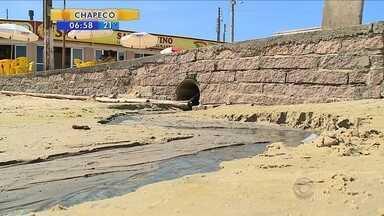 Laguna faz operação para fechar esgotos que desembocam nas praias do Farol de Santa Marta - Laguna faz operação para fechar esgotos que desembocam nas praias do Farol de Santa Marta