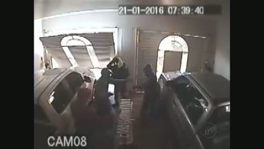 Família é feita refém durante assalto em Miguelópolis, SP - Câmeras de segurança flagraram ação de quadrilha na manhã de quinta-feira (21).