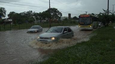 Chuva causa prejuízos em várias regiões do DF - No Setor de Chácaras, a chuva abriu uma cratera embaixo da linha de trem. Os alagamentos também causaram estragos no Paranoá, onde inundou as salas de aula de uma escola. E a água invadiu o pátio da Novacap.