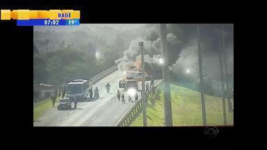 Acidente envolvendo caminhão e quatro carros bloqueia BR-290 no RS - Trânsito ficou interrompido por 1 hora.