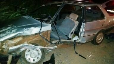 Acidente envolvendo dois veículos deixa casal ferido em rodovia de Jaú - Um casal ficou ferido após um acidente envolvendo um carro e uma caminhonete na noite de quinta-feira (21), na rodovia Otávio Pacheco de Almeida Prado (SP-255), em Jaú (SP).
