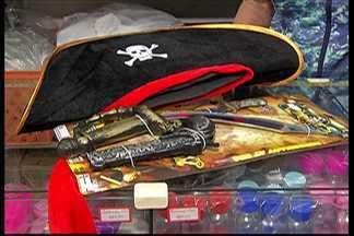 Confira algumas opções de fantasias mais baratas para as crianças neste Carnaval - Há kits e até fantasias feitas com cetim.