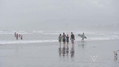 Mesmo em dias nublados, banhistas devem passar protetor solar - É difícil encontrar alguém na praia sem nenhum tipo de proteção.