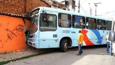 Ônibus invade casa no Meireles - Apesar do susto ninguém se feriu.