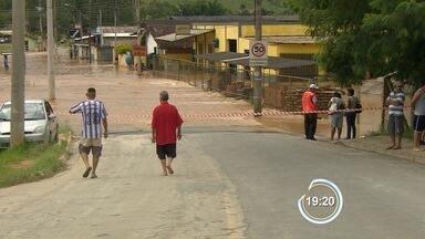 Famílias em área de risco no Buquirinha não querem deixar as casas - Enchente atingiu a região há uma semana.