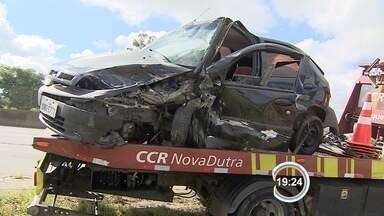 Policial se envolve em acidente depois de trafegar pela contramão na Dutra - Acidente deixou cinco feridos.