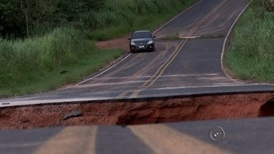 Três homens morrem após carro cair em cratera formada pela chuva - Três homens morreram após o carro em que estavam cair em uma cratera na estrada vicinal Alberto Lahoz de Carvalho, entre Novais (SP) e Catanduva (SP), na madrugada de sábado (23).