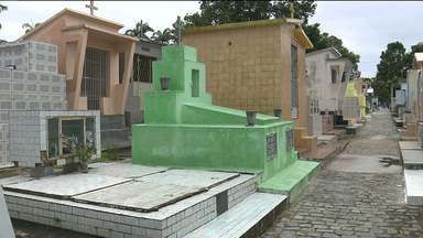 Vasos de cemitério podem ser criadouros do mosquito da dengue - JPB visitou o cemitério do Monte Santo e encontrou problema