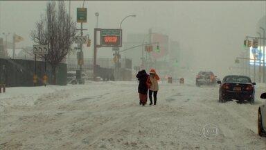 Nevasca paralisa a costa leste dos EUA e deixa pelo menos 11 mortos - Milhares de voos foram cancelados. O prefeito de Nova York suspendeu carros e o transporte público por causa da tempestade.