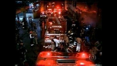 Incêndio na Boate Kiss, em Santa Maria (RS), completa três anos - O incêndio na Boate Kiss completa três anos e, desde às 23h, os parentes das vítimas e sobreviventes estão em vigília, em frente ao prédio onde funcionava à casa noturna.