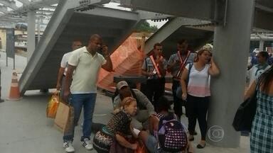 Homem cai de uma escada dentro da estação da Supervia - O acidente foi na estação de trem em São Cristovão. O homem caiu de uma altura de mais de dois metros. A escada estava sendo montada.