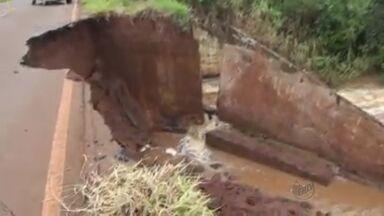 Trânsito fica inteditado na estrada que liga Igarapava e Rifaina, SP - Chuvas causaram desmoronamento de terra no acostamento e podem haver novos deslizamentos.