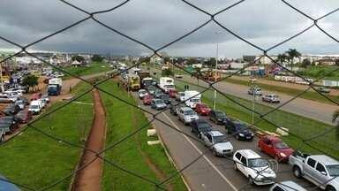Protesto bloqueia a BR-040, entre Valparaíso de Goiás e Luziânia - Motoristas e cobradores pedem mais segurança para os coletivos. Eles lembram morte de um passageiro em uma tentativa de assalto, no DF.