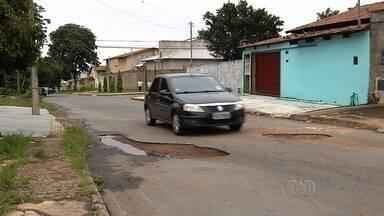 Motoristas tapam buracos por conta própria para evitar mais prejuízos, em Goiânia - Condutores reclamam do excesso de buracos em ruas da capital.