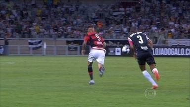 Guerrero desencanta e marca dois gols pelo Flamengo contra o Atlético-MG - Atlético-MG deu trabalho no início do jogo e Paulo Vitor salva o Rubro-Negro e vence o jogo com dois gols do Guerrero.