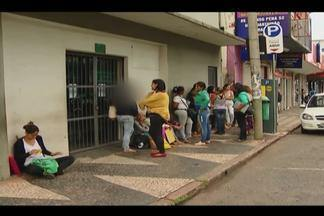 Usuários se queixam do número de senhas distribuídas na Defensoria Pública de Uberlândia - Tem pessoas que chegam de madrugada para garantir um lugar na fila e mesmo assim não conseguem atendimento.