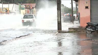Chuvas fortes começaram a castigar cidades da região central e leste do estado - Em Caxias ruas ficaram alagadas depois das chuvas de e em Pedreiras a água invadiu ruas e até o hospital da cidade.