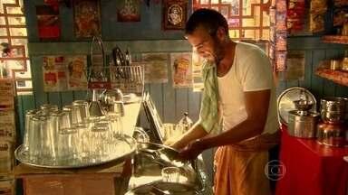 Raul trabalha em lanchonete da Índia - O ex-empresário limpa mesas e lava louça
