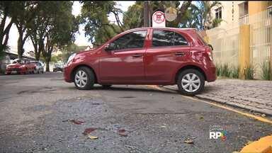 Prefeitura ameaça multar morador que sinalizou rua - Como muitos motoristas não respeitam a guia rebaixada, moradores de um prédio no Água Verde resolveram pintar faixas e colocar placas proibindo o estacionamento na via.