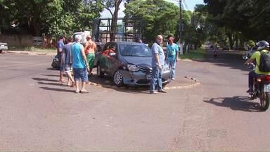 Um novo acidente na avenida Andradina e velhas reclamações - Os envolvidos na batida disseram que há tempos eles pedem a instalação de redutores de velocidade no cruzamento com a avenida Florianópolis, mas não foram atendidos.