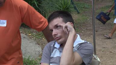 PM ferido em serviço luta para continuar tratamento - Ele foi atingido por um paralelepípedo em um protesto contra a Copa do Mundo, em 2012.