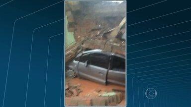 Chuva causa estragos no Rio e na Baixada Fluminense - O Rio está em estágio de atenção. A emergência do hospital Albert Schweitzer foi alagada. Em Nilópolis, um muro da Câmara de Vereadores desabou e destruiu carros.
