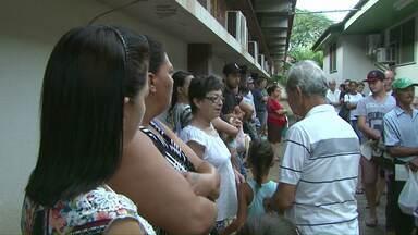 Por causa dos casos de dengue aumentou a procura pelo laboratório municipal - As pessoas estão até madrugando para conseguir uma senha para fazer exames.
