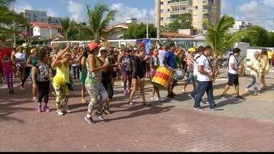 As Poderosas do Janga animam as ruas de Paulista, na RMR - Folia começou às 6h na orla da cidade. Bloco foi criado por 26 idosas que caminham na praia.