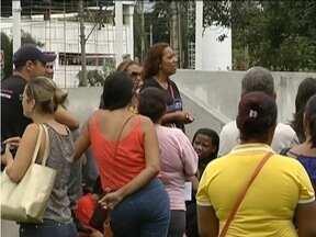 Servidores municipais de Ipatinga fazem manifestação em frente a prefeitura - Eles reivindicam pagamento do 13º salário.