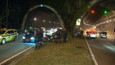 Assalto provoca pânico no túnel Rebouças, no Rio de Janeiro - Houve desespero e muita correria entre os motoristas. Segundo a polícia, a confusão começou quando quatro homens que estavam em duas motos dispararam contra um outro motociclista.