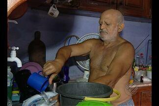 Moradores do distrito de Outeiro reclamam que estão sem água há cerca de dois meses - A única alternativa que resta aos moradores do bairro Brasília é recorrer ao poço de um vizinho.