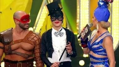 Casal de foliões é escolhido para namorar na lounge banana - Gladiador e mágica se curtiram durante o baile