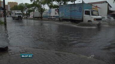 Chuva forte surpreende moradores de Fortaleza nesta segunda-feira (1) - Cidade teve transtornos como alagamentos e trânsito lento.