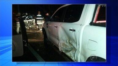 Carro bate de frente com caminhão e motorista morre em Rio Preto - Um homem de 36 anos morreu na madrugada deste sábado (6), na rodovia BR-153, perto do viaduto da avenida Potirendaba, em São José do Rio Preto (SP).