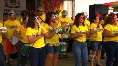 Blocos de carnaval movimentam Goiânia na sexta-feira de carnaval - A movimentação aconteceu em frente ao Grande Hotel.