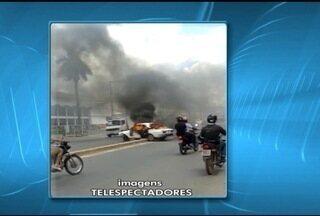 Carro pega fogo na Avenida Dulce Sarmento, em Montes Claros - Corpo de Bombeiros precisou ser acionado para apagar fogo.