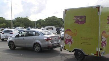 Nail trucks cuidam das unhas da mulherada dentro de trailers equipados - Depois da moda dos food trucks, chegou a vez dos nail trucks, os trailers equipados para fazer a unha da mulherada. Eles estacionam em locais movimentados e as manicures atendem por ordem de chegada.
