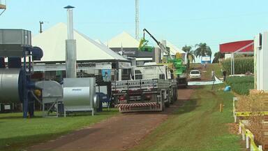 Trabalhadores desmontam estandes do Show Rural - A data da feira para o ano que vem já está marcada.