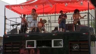 Tatuí recebe pela primeira vez a edição do 'Carnarock' - Para quem quer curtir o feriado prolongado de carnaval, mas sem as músicas típicas da data festiva, a praça Martinho Guedes, no centro de Tatuí (SP), recebe pela primeira vez a edição do 'Carnarock'. O evento começou neste sábado (6) e segue até este domingo (7) a partir das 14h com apresentação de bandas de rock e heavy metal.