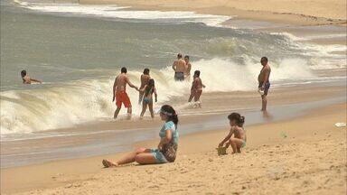 Praias do Ceará ficam lotadas no primeiro dia de Carnaval - CETV visita a praia de Jericoacoara.