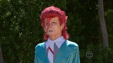 Fãs de David Bowie homenageiam o ídolo nas ladeiras de Olinda - O bloco Bumba Meu Bowie teve sua primeira edição esse ano