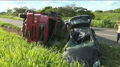 Carro com cinco pessoas capota na BR 230 - Pouco tempo depois, um caminhão também se acidentou.