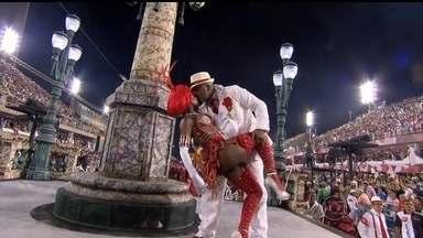 Salgueiro empolga com enredo sobre malandro apesar de problemas técnicos - A vermelho e branco cantou um dos ícones do carnaval carioca. Porém, as luzes do carro abre-salas apagaram.
