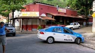 Três pessoas morreram em uma tentativa de assalto em um bar no Riachuelo, na Zona Norte - Dois estudantes estavam comemorando a formatura e foram mortos. O outro morto é um dos bandidos.